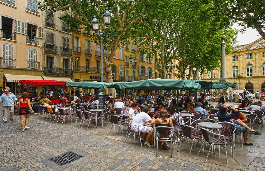 Terraza en la plaza del Ayuntamiento en Aix-en-Provence. Crédito: web rutacultural.com