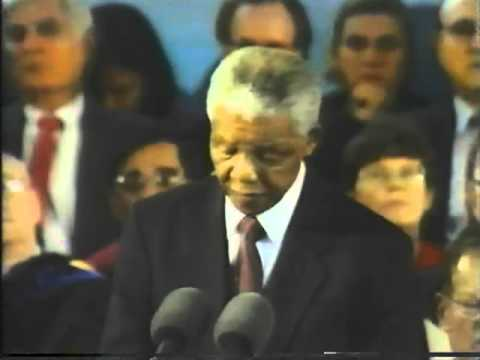 Nelson Mandela pronunció un discurso en la Universidad de Harvard, en 1998. Crédito: web frenys.com