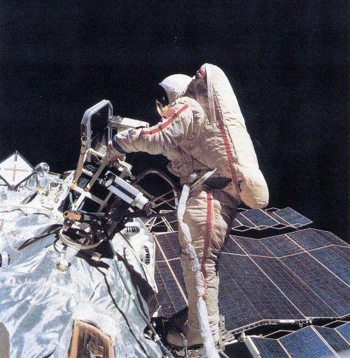 Svetlana Savitskaya fue la primera mujer que salió al exterior de una nave espacial. Crédito: web forocomunista.com