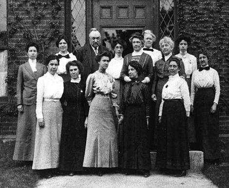 Edward Pickering y su equipo de calculadoras en la puerta del edificio C del Harvard College. Crédito: Wikipedia.
