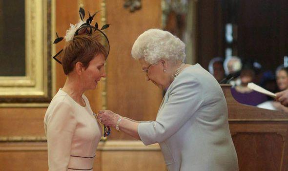 La Reina Isabel, en el castillo de Windsor, honra a la primera astronauta británica. Crédito: web express.co.uk