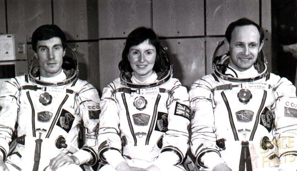 La tripulación de la Soyuz M-12. Artsebarski, Helen Sharman y Krikalev. Crédito: web spacefacts.de