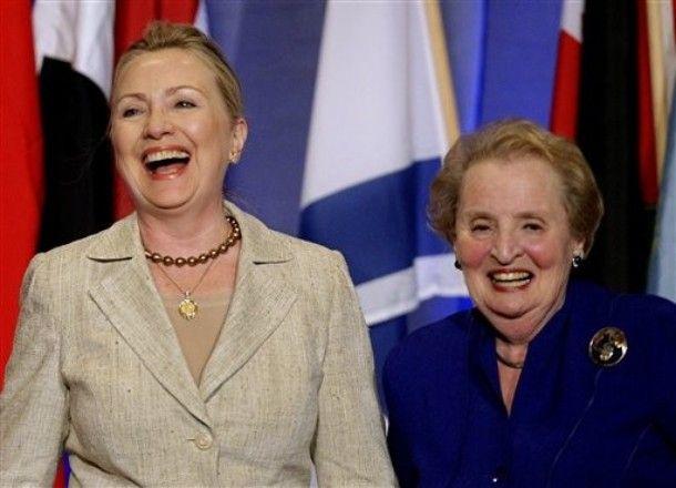 Madeleine Albright y Hillaruy Clinton en una reunión de mujeres, en 2012. Crédito: web still4hill.com