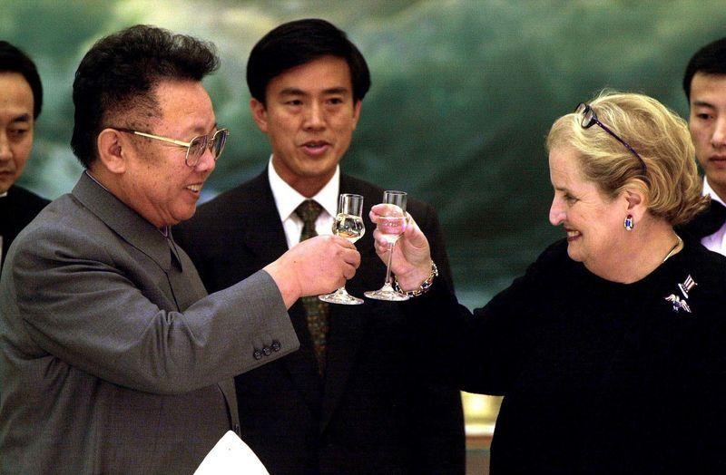 Madeleine Albright a punto de recibir promesas vacías del dictador norcoreano en el año 2000. Crédito: web bloomberg.com