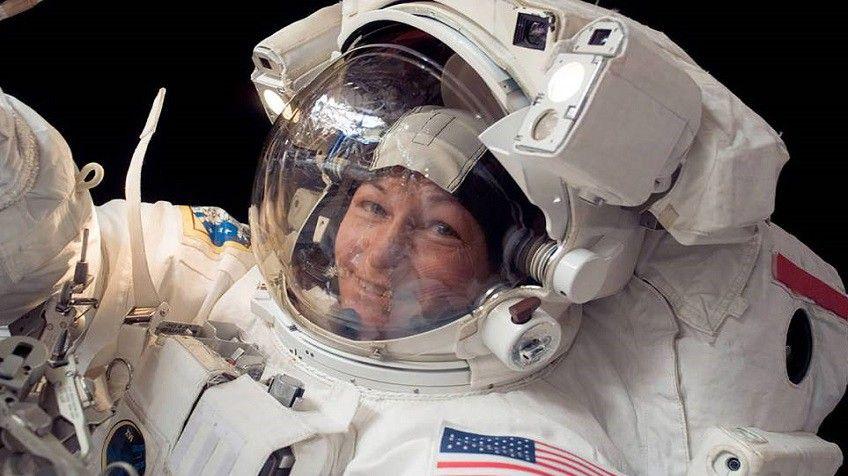 Para realizar trabajos en el exterior de la ISS, Peggy tuvo que usar trajes especiales muy sofisticados. Crédito: web elpais.com