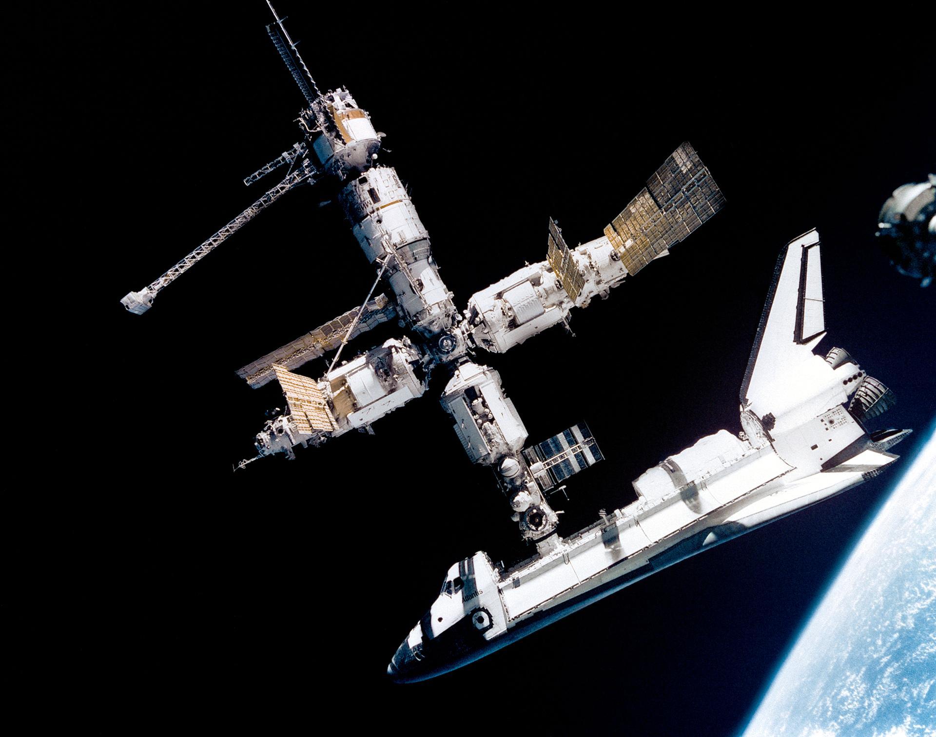Fotografía del transbordador Atlantis mientras estaba anclado a la MIR, estación espacial rusa. Crédito: web nasa.gov
