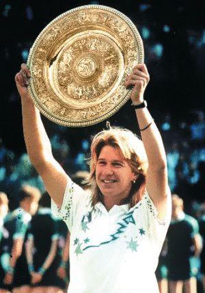 Steffi Graf alza con legítimo orgullo el gran trofeo del Golden Slam. Crédito: web tennis.com Steve Tignor