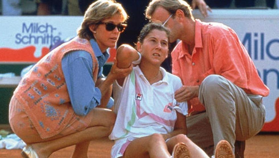 Monica Seles instantes después de ser apuñalada por un descerebrado que se decía admirador de Steffi Graf. Crédito: web mundodeportivo.com