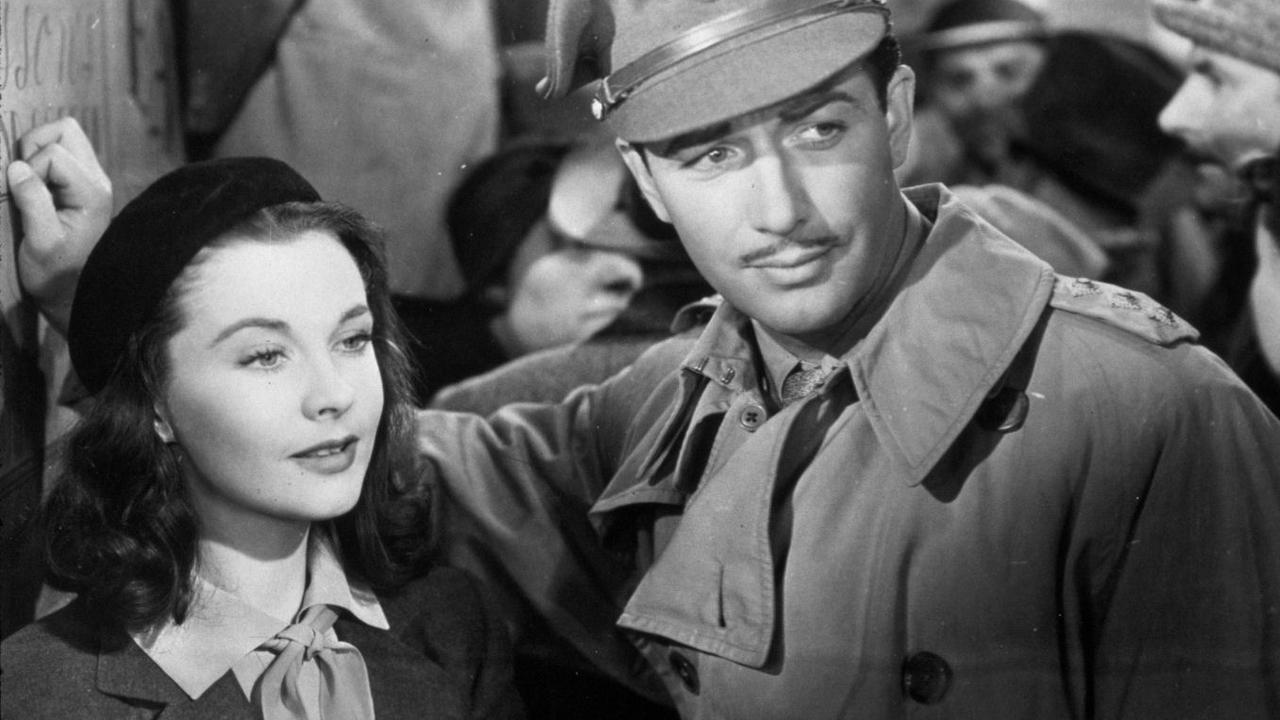 Una bailarina (Vivien Leigh) se enamora de un oficial británico (Robert Taylor) antes de la Primera Guerra Mundial. Crédito: web mubi.com
