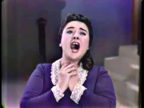 """Victoria de los Ángeles cantando la """"Mimí"""", de Puccini. Crédito: web youtube.com"""