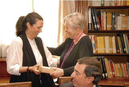 """Adriana Valdés, en octubre 2014, recibe la edición facsimilar del """"Canto general"""" de Pablo Neruda. Crédito: web institutodechile.cl"""