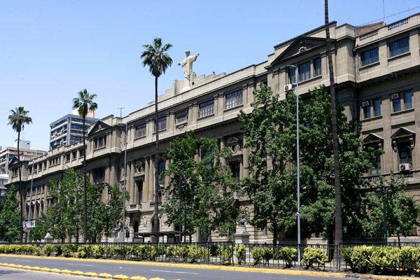 Universidad Católica. Biografía de Adriana Valdés
