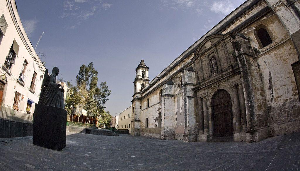Fachada de la iglesia de San Jerónimo. En este conjunto conventual sor Juana vivió la mayor parte de su vida. Crédito: Wikipedia
