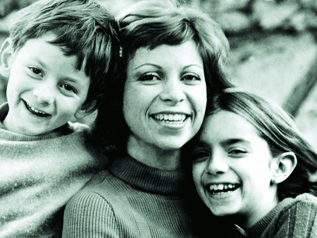 Isabel Allende y sus dos hijos